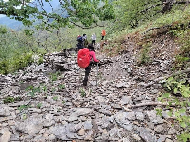 中央山脈南三段亞力士營地一帶路徑,疑地震造成崩塌,令在山上的山友驚訝不已。(圖取自山難事件資訊通報社群)