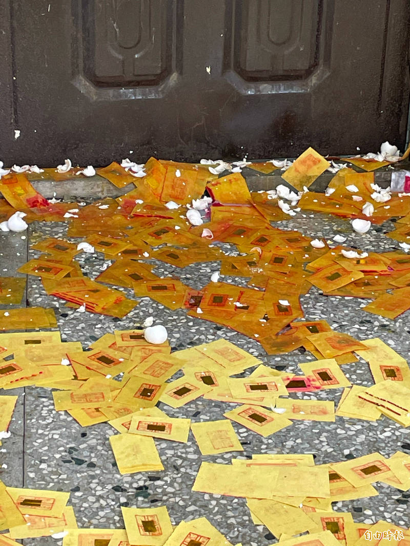 不滿何姓教練訓練不當,七歲男童恐成植物人,台中市柔道館被撒冥紙及丟雞蛋。(記者歐素美攝)