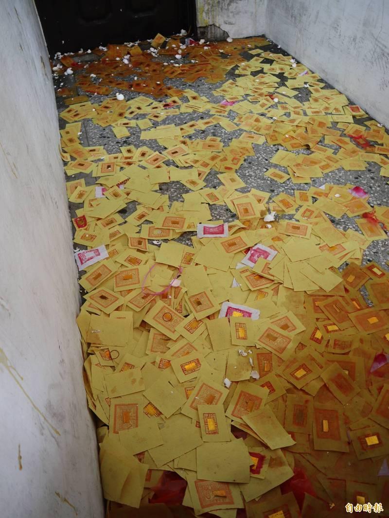 台中市柔道館鐵門內被丟滿冥紙及雞蛋。(記者歐素美攝)