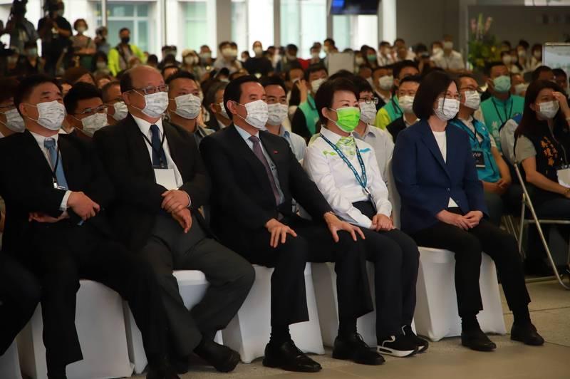 中捷綠線通車典禮主持人黃子佼表示,看到台下政治人物和諧坐一起好感動。(市府提供)