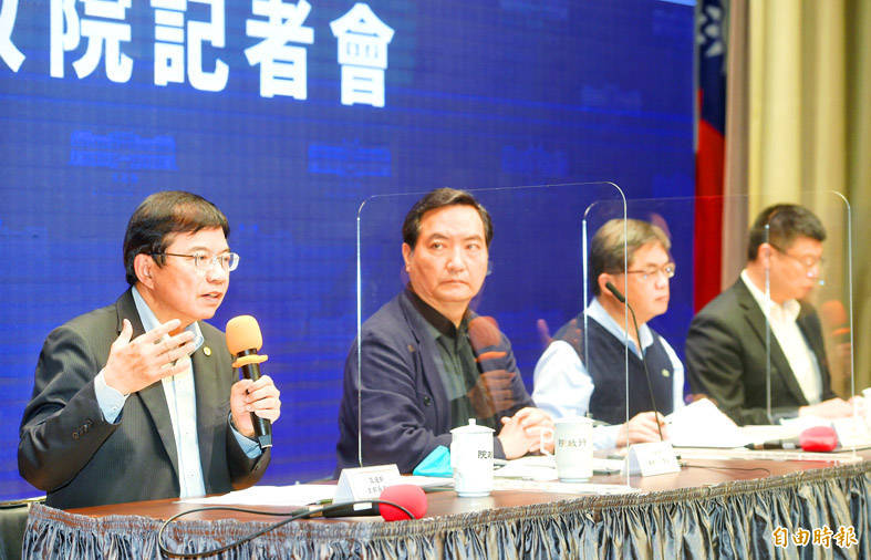 From left, Minister of Transportation and Communications Wang Kwo-tsai, Executive Yuan spokesman Lo Ping-cheng, Executive Yuan Secretary-General Li Meng-yen and Taiwan Railways Administration (TRA) Director-General Du Wei hold a news conference on proposed TRA reforms at the Executive Yuan in Taipei yesterday. Photo: Fang Pin-chao, Taipei Times