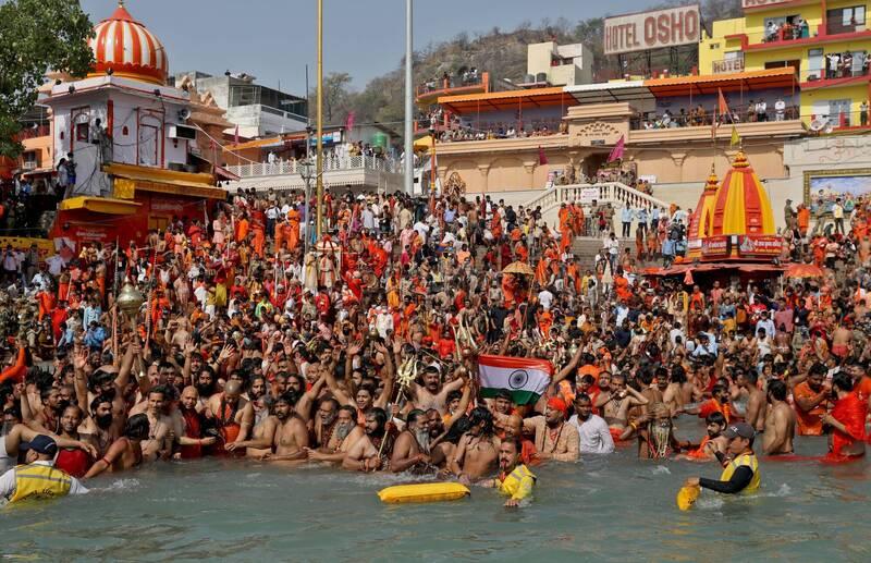 印度教徒群聚在恆河沐浴歡慶「大壺節」,現場人山人海「人擠人」的場景令人震驚。(路透)
