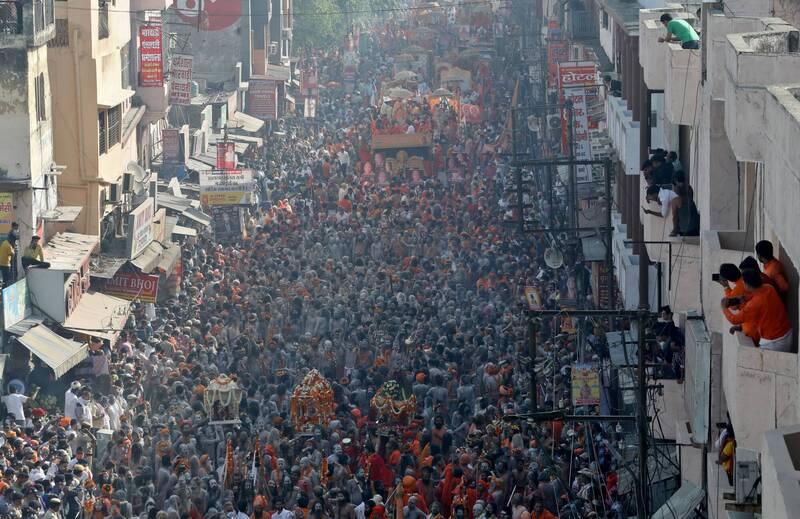 印度教徒群聚歡慶「大壺節」,現場人山人海「人擠人」的場景令人震驚。(路透)