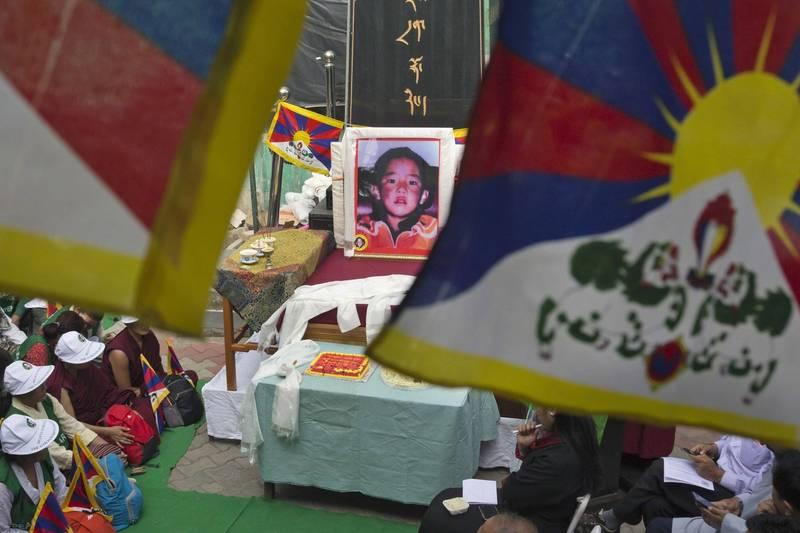 藏傳佛教第11世班禪喇嘛生於1989年4月25日,今天適逢32歲生日。但他在1995年5月14日被第14世達賴喇嘛指定為11世班禪喇嘛後3天就和家人一起被中國官方帶走,下落不明至今已近26年。圖為2019年流亡藏人在印度德蘭沙拉為其祝壽。(美聯社)