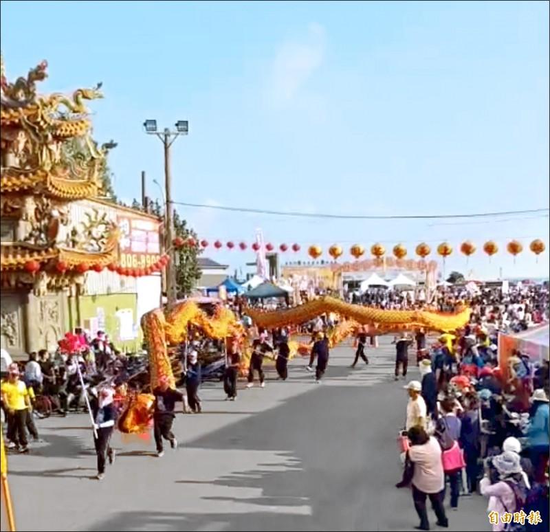 林園舉辦千人踩街為鳳芸宮媽祖暖壽,舞龍隊也熱情參與。(記者洪臣宏攝)