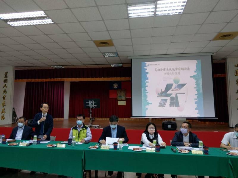 立法院經濟委員會考察前鎮漁港改造計畫,副市長林欽榮(左2站立者)報告進度。(記者洪定宏翻攝)
