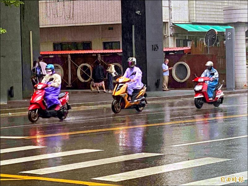 中國華南雲雨區帶來水氣、午後對流雲系發展旺盛,高屏、台南等地喜迎甘霖!(記者黃旭磊攝)