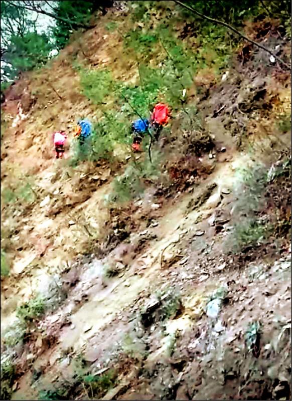 中央山脈南三段亞力士營地一帶山域出現大面積崩塌,山友冒險穿越險象環生。(民眾提供)