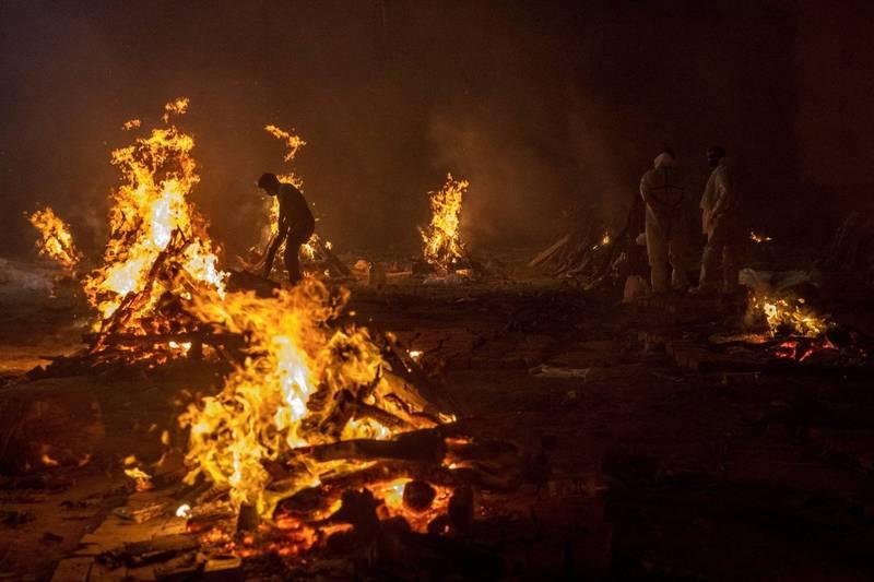 印度各處火葬場正忙著處理等待火化的大批遺體。(路透)