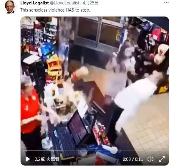 女店員的臉部險遭重擊,所幸被透明隔勉強擋下。(圖擷取自推特)