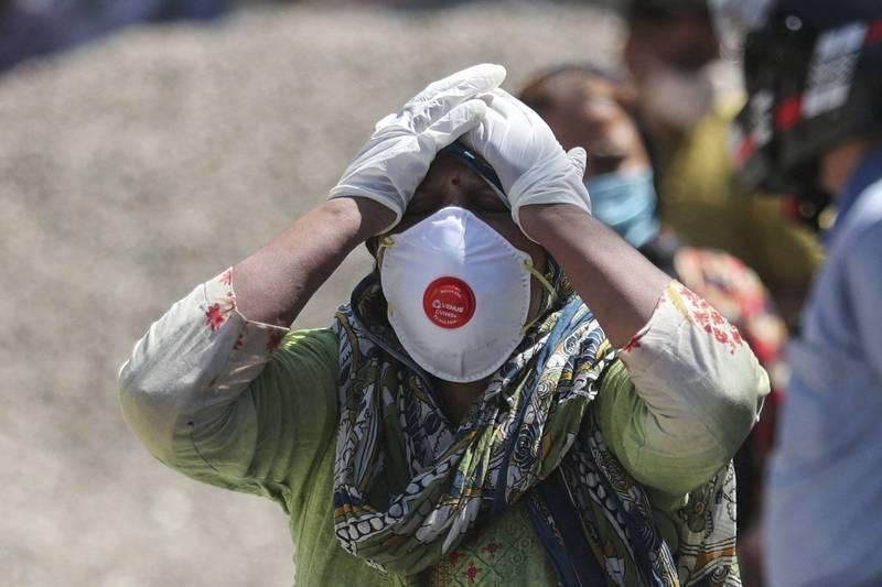 印度武漢肺炎疫情急遽升高。外交部表示,已請駐處了解當地目前迫切需要的醫療物資,並協調國內醫衛機構、平台整合資源及人脈,加速人道救援。圖為印度查謨一名婦人因親人染疫病逝悲痛欲絕。(美聯社)