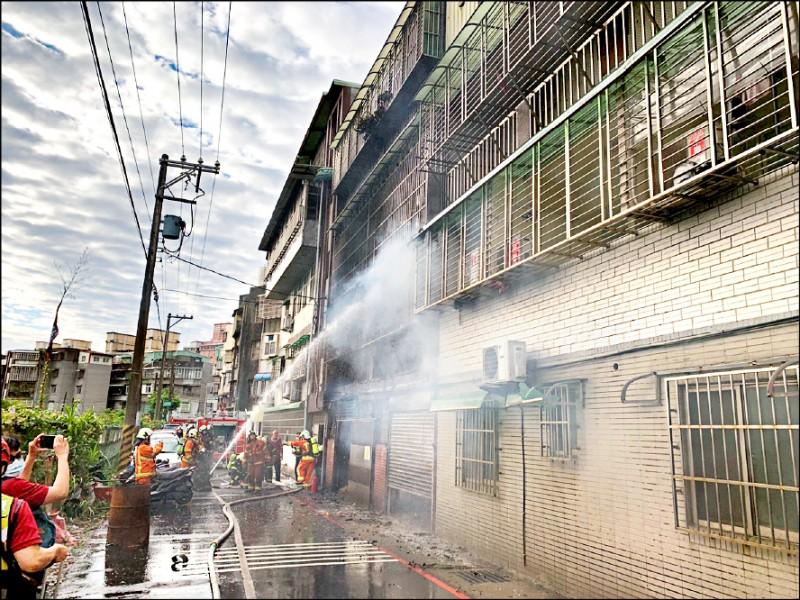 八德區介壽路一段巷內公寓火警,屋主一家三口不治。(記者陳恩惠翻攝)