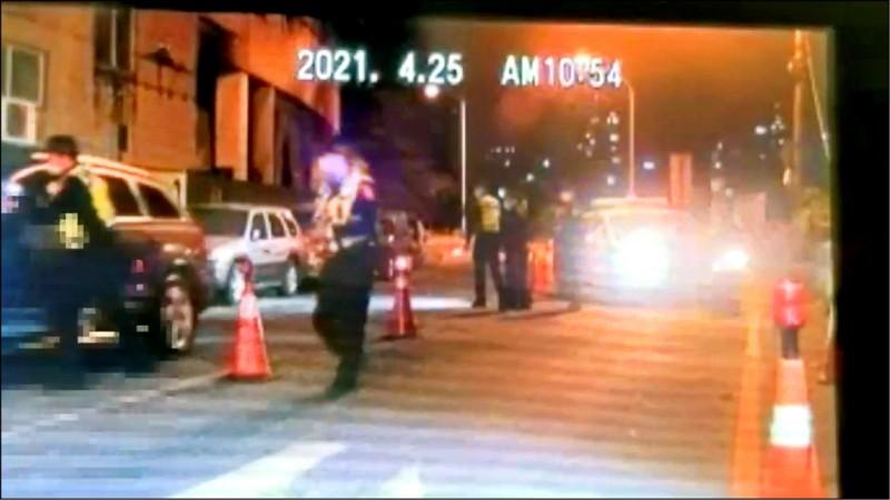 警方示意林女等2人下車,林女卻加速衝撞臨檢站。(記者徐聖倫翻攝)