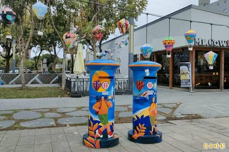 以藍天碧海為底,再以三仙台、綠島燈塔與熱氣球作為背景,2座特色郵筒好吸睛。(記者陳賢義攝)