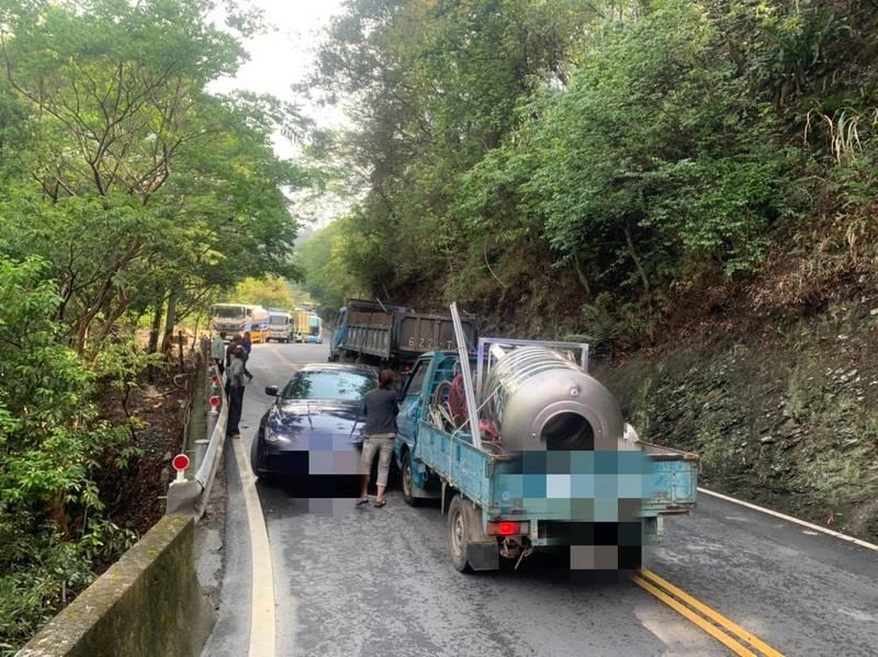 南投縣仁愛鄉台14線埔霧公路74.7K發生小貨車與瑪莎拉蒂轎車碰撞事故。(民眾提供)