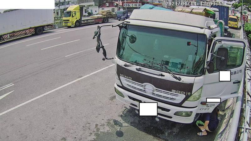 女隨車員在彰化市彰水橋橋墩護欄旁脫褲大便,誇張行為全被錄影監視器拍了下來。(環保局提供)