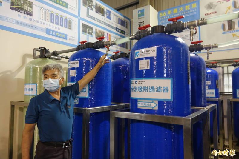 彰濱工業區電鍍業者林振東表示,新系統來處理電鍍廢水,省錢又省水。(記者劉曉欣攝)