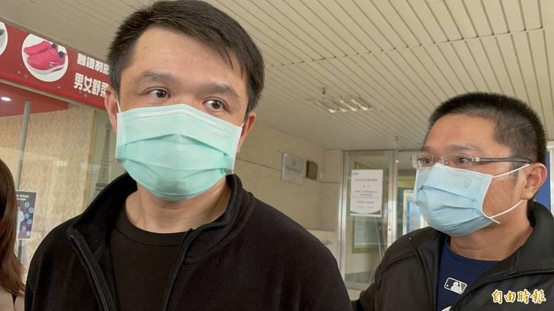 黃童父親(左)表示,男童舅舅只錄影未制止男童被摔,「一點都不合理」。(記者歐素美攝)