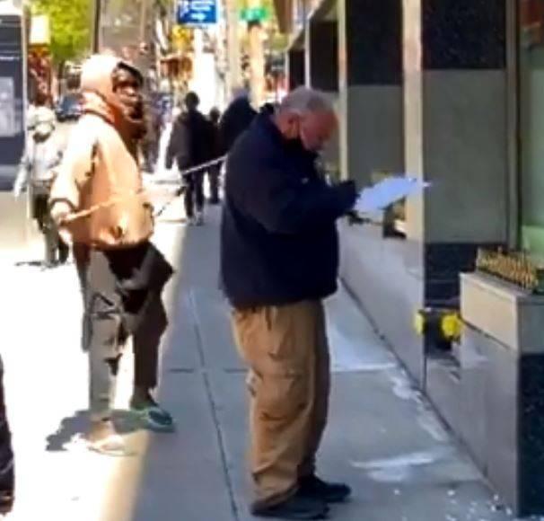 摩根使用塑膠棍攻擊警探。(圖擷取自「@NYCPDDEA」推特)