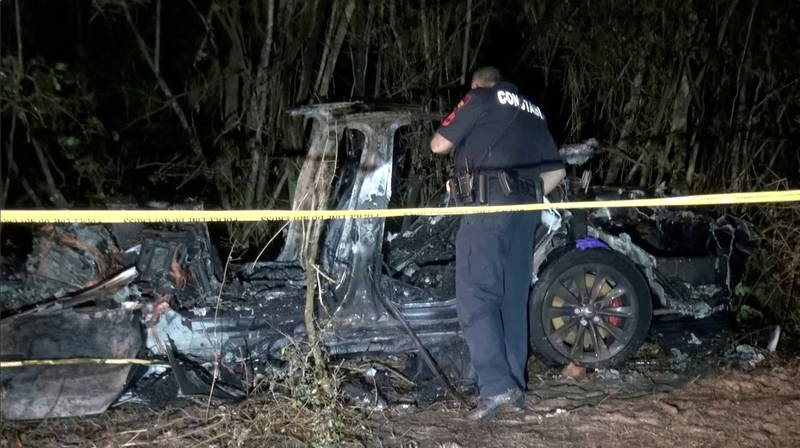 特斯拉高層表示,調查發現方向盤在事故中變形,推測在車禍當下駕駛座上有人在開車,與警方說詞相反,成羅生門。(路透)