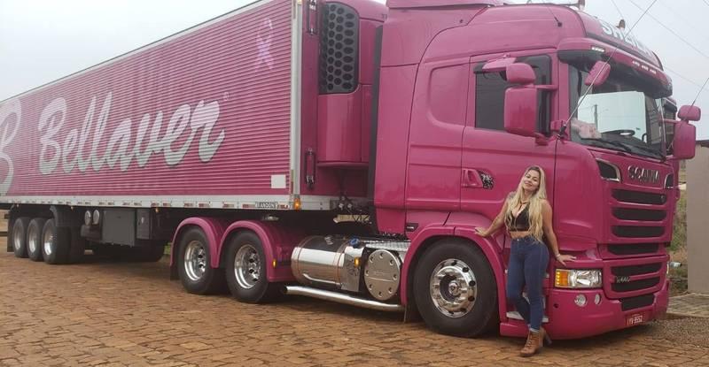 巴西貨櫃車網紅希拉車技精湛,在fb就有百萬粉絲,她自己的粉紅卡車也相當亮眼。(翻攝Sheila Bellaver粉專)