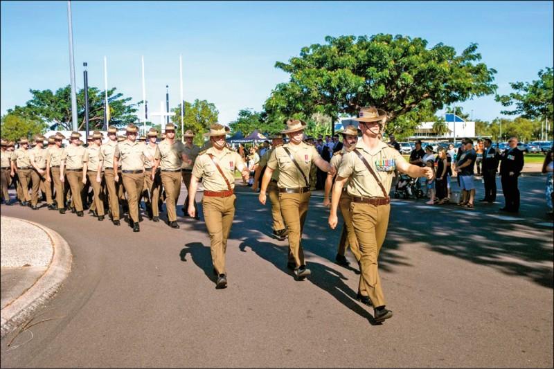 澳洲內政部秘書長裴佐洛指出,「戰鼓」已經響起,澳洲必須再次派遣戰士上戰場。圖為澳紐聯軍紀念日遊行。(圖取自澳洲陸軍臉書)