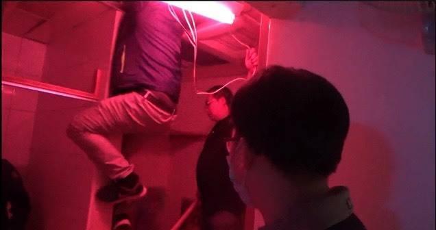 移民署新竹市專勤隊在新竹地檢署檢察官指揮下,新竹縣湖口營區私娼寮死恢復燃,查獲馬伕4人,賣淫女子13人和嫖客1人,全案移送法辦。(記者洪美秀翻攝)
