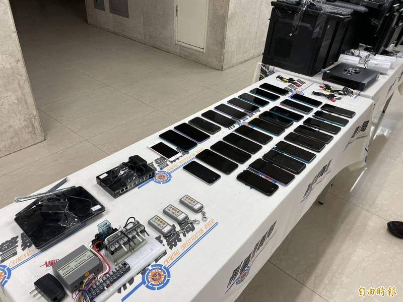 警方查扣電腦主機、電腦螢幕、監視器主機、監視器鏡頭、針孔攝影機、手機等大批贓證物。(記者邱俊福攝)