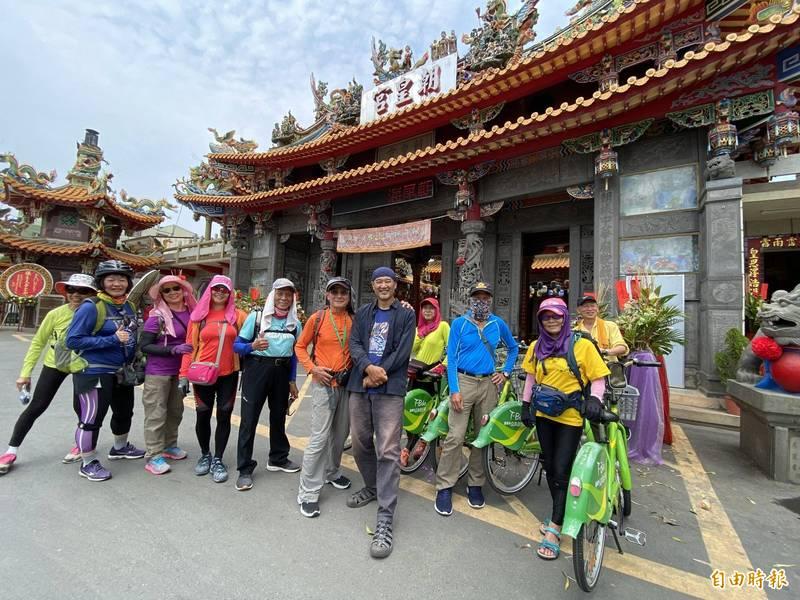高齡80歲的趙斌雄(左6)在9位山友的陪伴下,從台江內海出發挑戰第10次攀登玉山。(記者王姝琇攝)