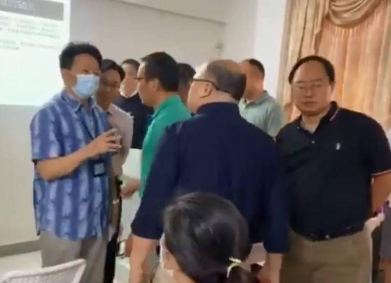 中國打壓宗教情事頻傳,近日再度發生牧師、教友,遭強制帶走的事件,這些信徒被當局稱「在未經登記的場所從事宗教活動」,屬非法集會,被帶走的10餘名人士被扣押超過10小時,於事件發生當晚才獲釋。(翻攝自推特)