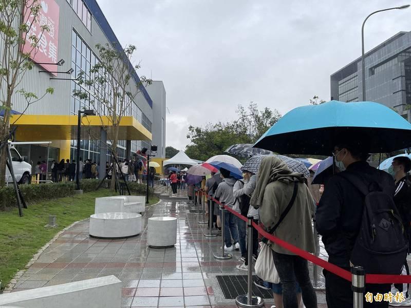 IKEA內湖店今天開幕,台北市長柯文哲擔心附近交通惡化,呼籲民眾多利用大眾運輸工具、免費接駁車前往。(記者凃盈如攝)