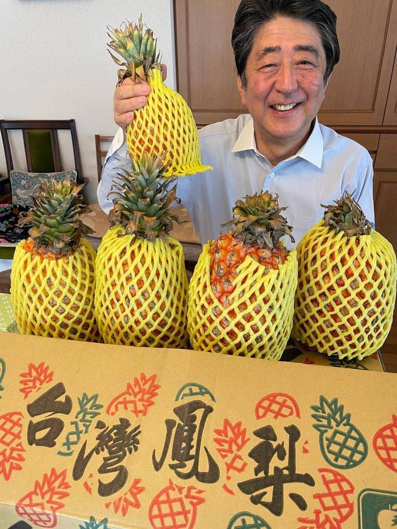 安倍晉三貼出台灣鳳梨照 高呼:真的很好吃