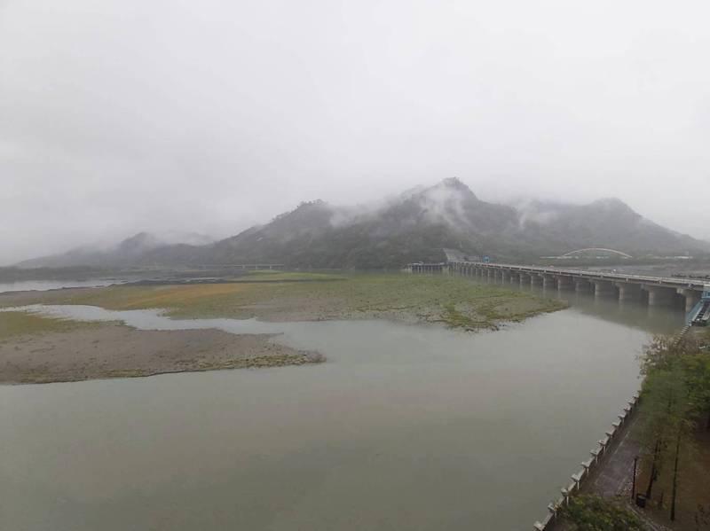 受惠這波降雨,濁水溪本流水量增加四十萬噸,集集攔河堰可多利用天然水量供應農水,儘量將水資源留在水庫。(記者劉濱銓翻攝)