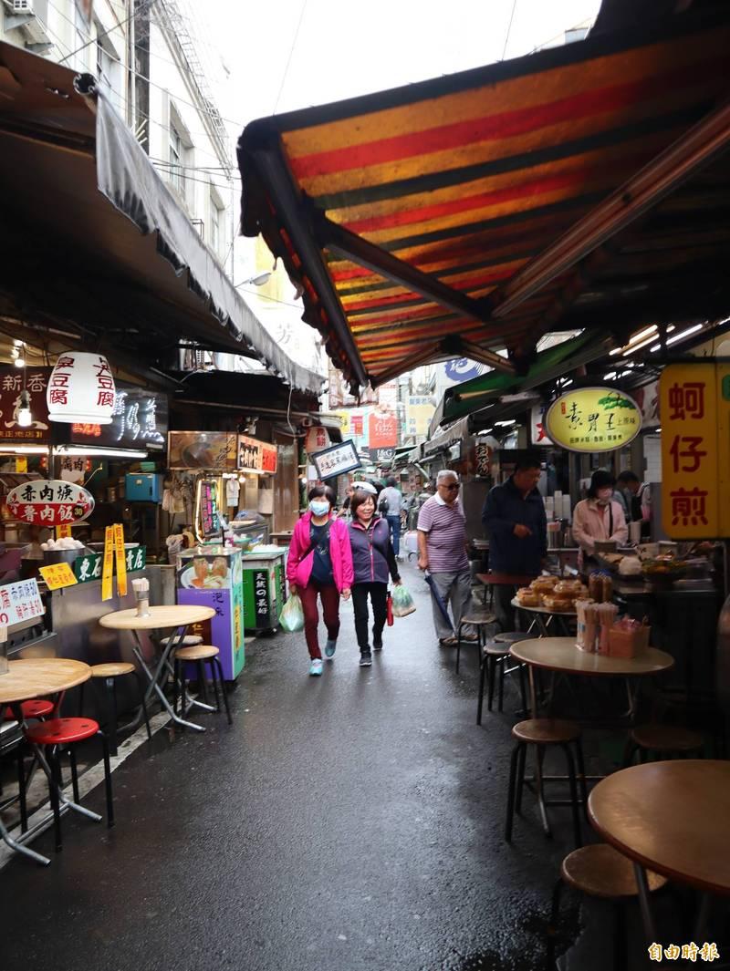 下雨致廟東美食攤位很多在上午11點左右都還沒有開。(記者歐素美攝)