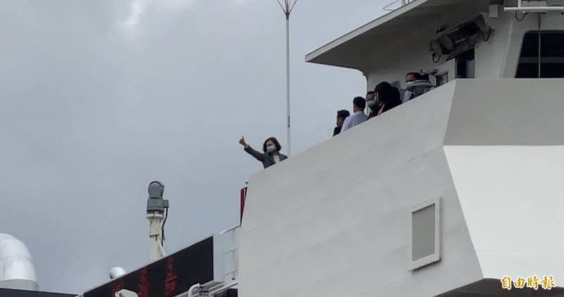 小英總統登上嘉義艦,豎起大拇指比「讚!」(記者洪臣宏攝)