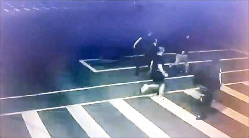 黑衣人衝進分局前,在警局外追逐教官楊忠蒞的影像曝光。 (資料照)