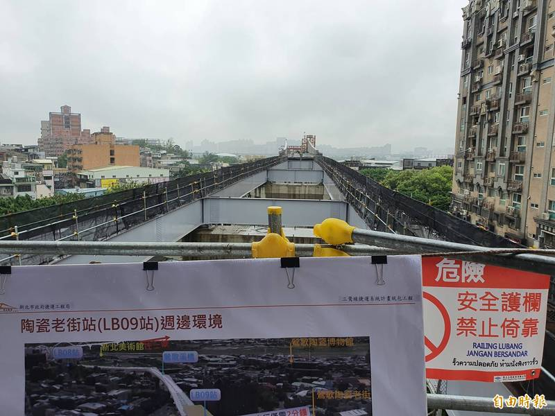 「魚鰭式橋懸臂工程」會跨越到鐵路,為高風險工程,目前順利跨過台鐵。(記者邱書昱攝)
