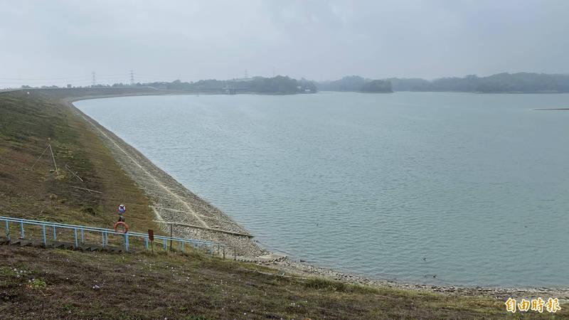 台南官田烏山頭水庫因乾旱,水位大降,目前有效蓄水率約43%,蓄水量3378萬噸。(記者楊金城攝)