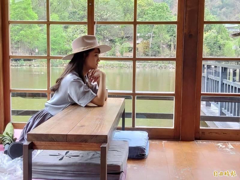 車埕遊憩區貯木池畔日式懷舊茶屋,是網美拍照熱門景點。(記者張協昇攝)