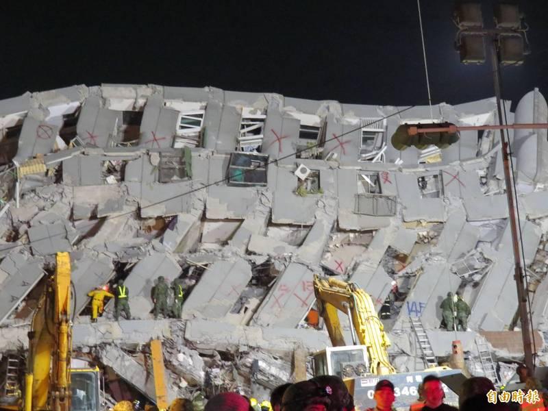 維冠大樓最後一件國賠案,台南地院今天公佈判決結果,圖為當時倒塌情形。(資料照)