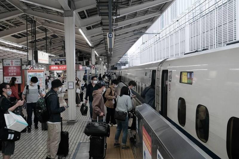 日本從4月29日起開始黃金週假期,雖然沒有往年長假人擠人的現象,但和去年處於第1次緊急事態宣言期間的黃金週相比,出遊人數有所增加。(彭博)