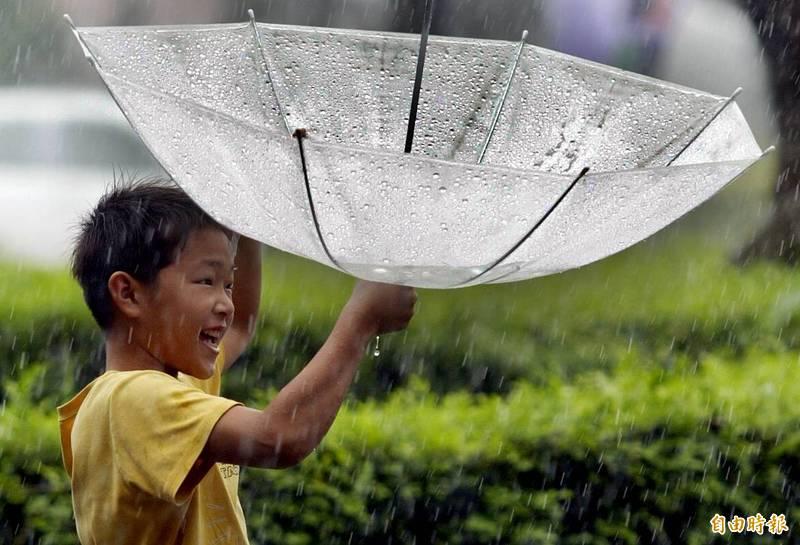 典型春雨鋒面這兩天影響台灣,帶來相當不錯的降雨成果,也是4月以來最大的一場降雨,稍微緩解旱象。(資料照)