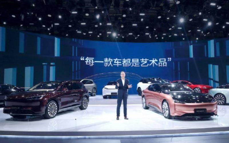 中國恆大汽車推出9款電動車,被發現車底沒有懸吊系統、煞車裝置。(圖取自微博)