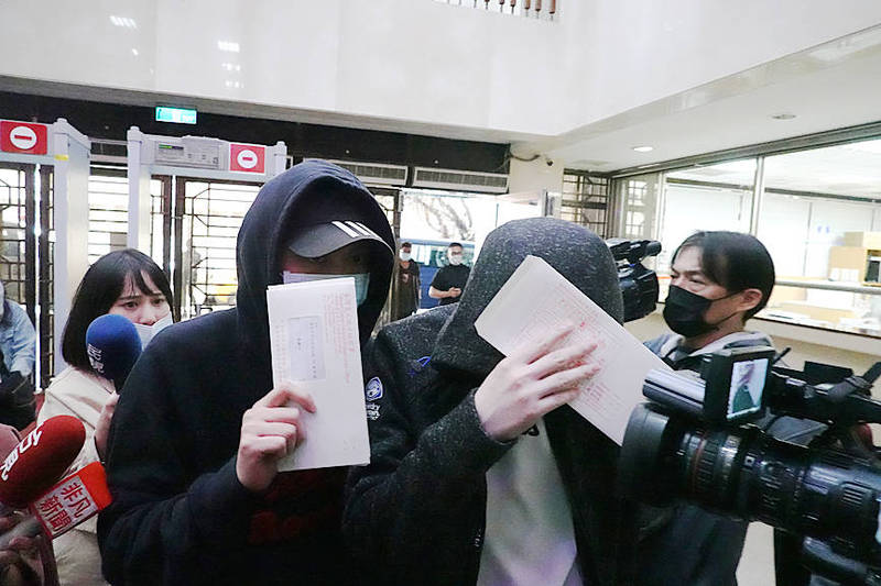 People called to the Taipei District Prosecutors' Office in connection with a case involving Songshan Precinct Zhonglun Police Station attempt to conceal their faces yesterday. Photo: CNA