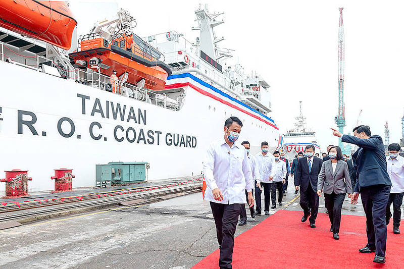 President Tsai Ing-wen, third right, attends an inauguration ceremony for two coast guard vessels at CSBC Corp, Taiwan's shipyard in Keelung yesterday. Photo courtesy of the Presidential Office