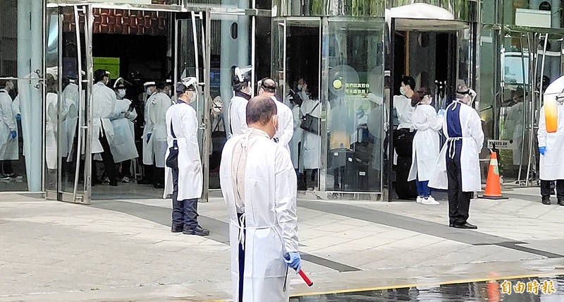 Central Epidemic Command Center staff oversee the sealing off and thorough cleaning of the Novotel Taipei Taoyuan International Airport in Taoyuan yesterday. Photo: Tony Yao, Taipei Times