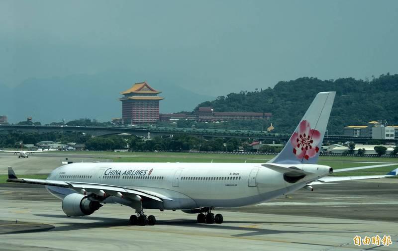 桃園國際機場因鳥類闖入跑道暫時關閉,中華航空CI153班機也因此轉降到松山機場。(示意圖,記者簡榮豐攝)