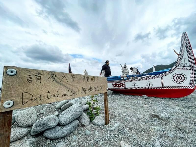 去年在蘭嶼開始營運的「在海一方 獨立書店」,近日在書店粉專發文,透露近來有遊客違規觸碰,甚至乘坐族人的拼板舟,即便拉上封鎖線,仍無法阻擋。(夏曼·彌飛浪提供)