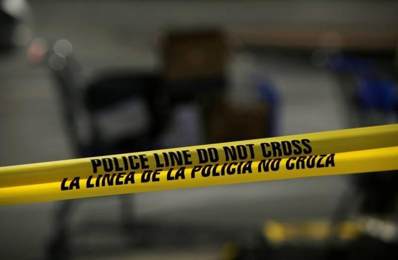 美國一名女子和心儀對象在路上約會聊天時,竟遭從9樓墜落的男子當場壓死。美國警方封鎖線示意圖。(路透)