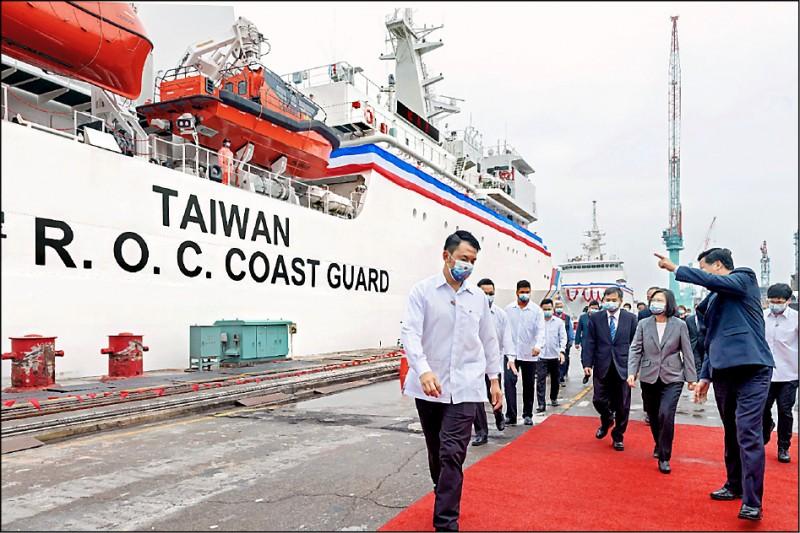 海巡署首艘四千噸級巡防艦「嘉義艦」昨天舉行交船儀式,總統蔡英文主持,舷側新塗裝斗大「TAIWAN」字樣相當吸睛。(圖取自蔡英文臉書)